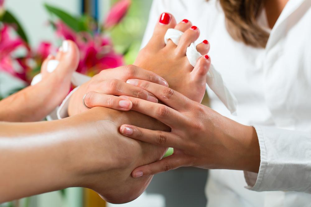 Fußmassage einer Medizinische Fußpflege Deluxe