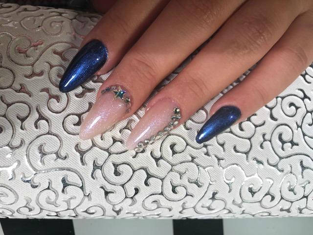 Nagelmodellage mit Tips Blau Weiß