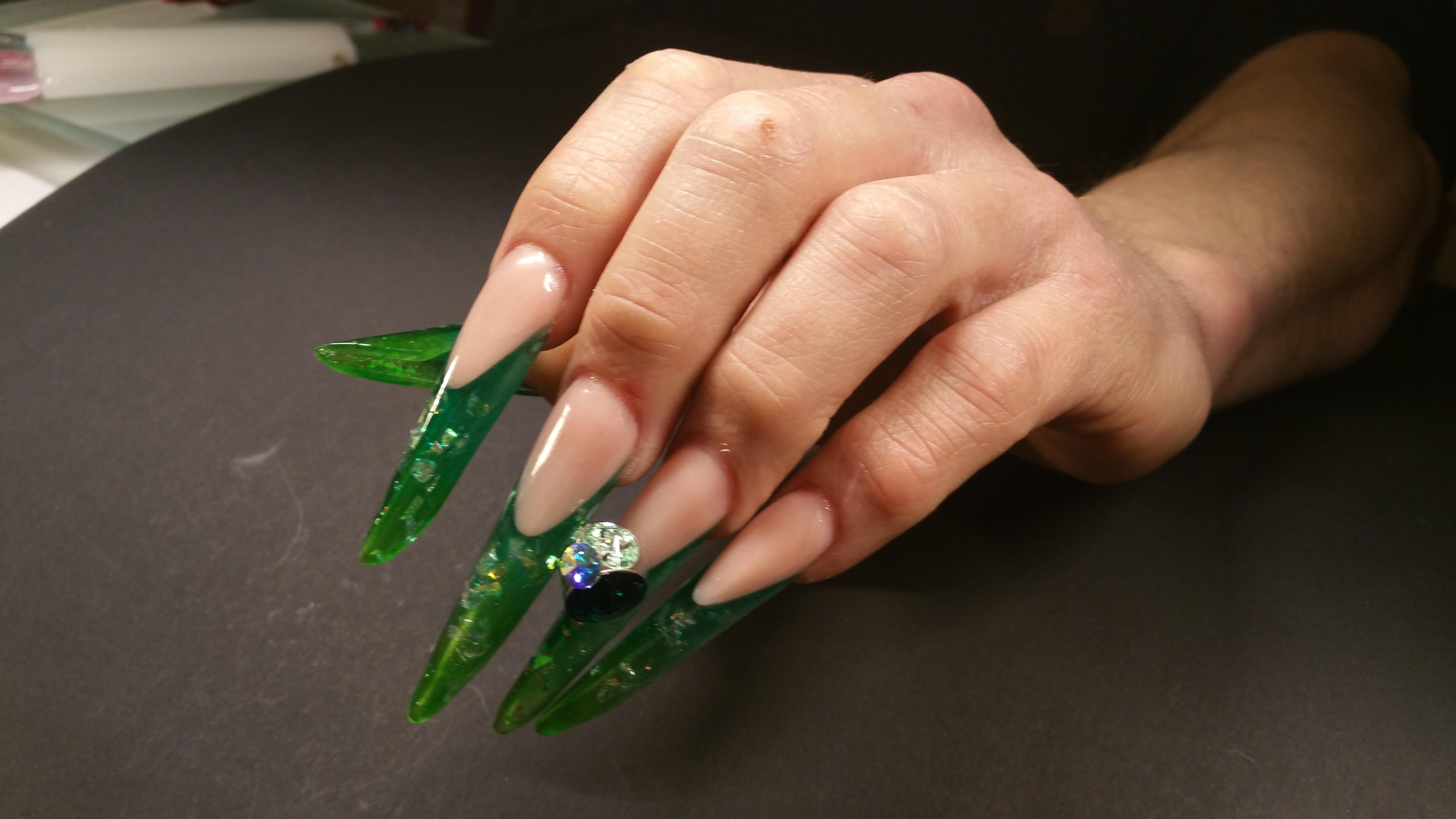 Nagelverlängerung über Schablone in Grün